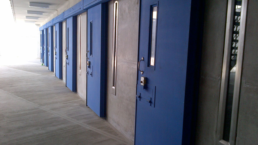 Puertas penitenciarias metal manufacturing industries for Puertas corredizas revit